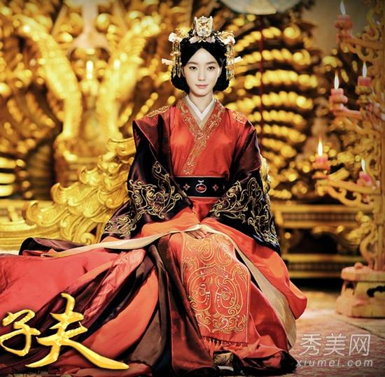 而且这款皇后袍不同于其他的古装戏皇                    人物的大气