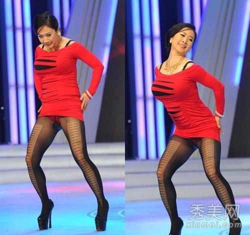 丝袜露底-芙蓉姐姐尴尬走光 穿超短裙露红底裤
