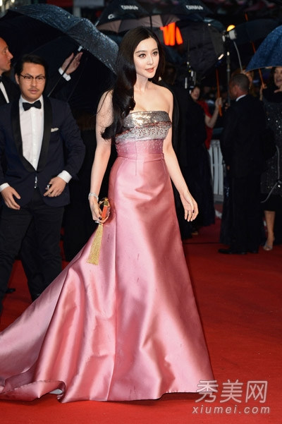范冰冰在第二日戛纳红毯上,穿着旧款的艾丽萨博依然高贵典雅,高清图片