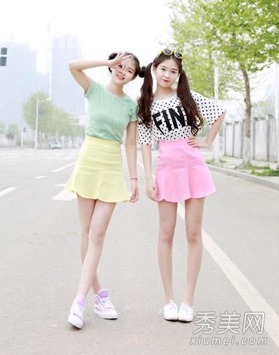 冰淇淋色就适合春夏季的装扮,薄荷绿短袖搭上一款亮黄色荷叶裙子,可爱