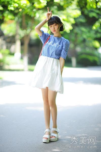 搭配白色厚底凉鞋,显得更加高挑甜美,甜美可爱的萌妹子形象人人都喜欢