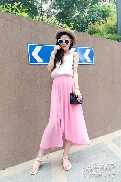 白色雪纺上衣搭配粉色半身长裙,如此温婉清新的色彩,轻松穿