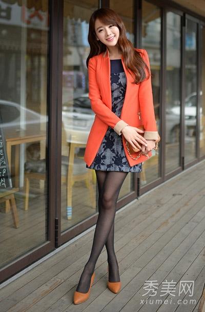 高跟丝袜岳�_  橘色呢子大衣搭配印花连衣裙,黑色丝袜和高跟鞋,魅力