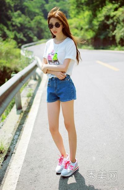 粉红色系带运动鞋令美眉看起来活力感十足