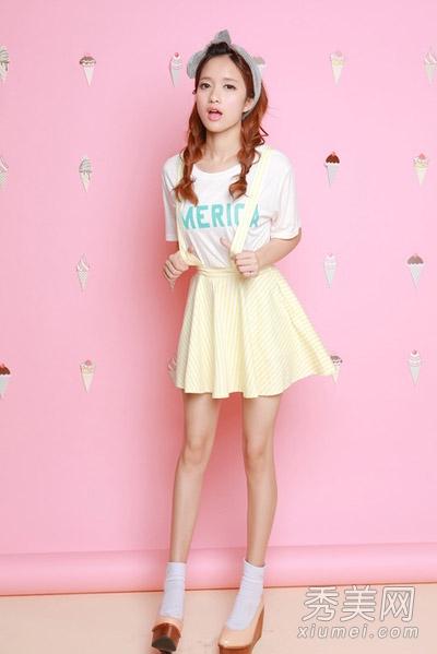 嫩黄色背带短裙,很可爱的样子哦,日韩风格,深受女孩们的喜欢.