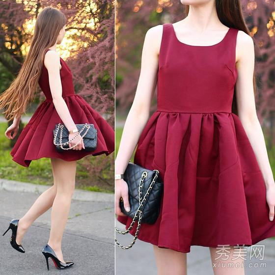 连衣裙+黑色细高跟鞋+黑色链条包,枣红色特别显肤白,穿上更有气质