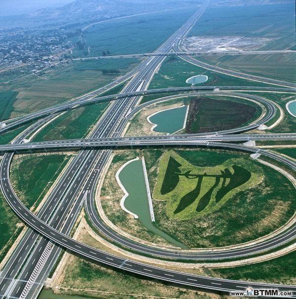 匝道是什么意思? 匝道是高速公路入口或者出口靠右侧的一条道路,一般长度在150-200米,是进入高速公路的加速车道或者出高速公路的减速车道。 因高速公路规定的最低时速为70公里,所有在高速公路上的车辆必须在此车道加速