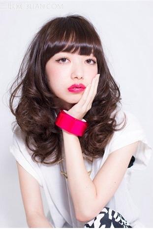 发型/发型类型:长卷发