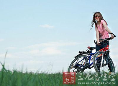 踩自行车压缩血管,使得血液循环加速