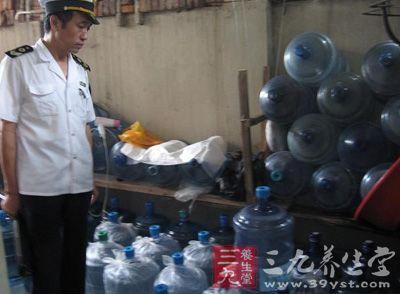 居民楼里产桶装水 食药监局称水质检验合格