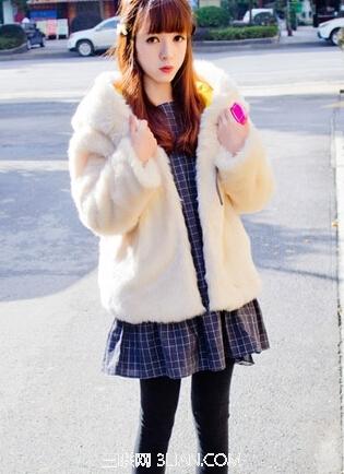 皮草外套搭配连衣裙更有魅力