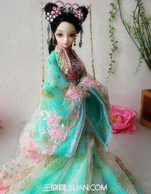 发型,搭配好看时尚的配饰和个性的服饰,很是可爱好看的芭比娃娃的形象
