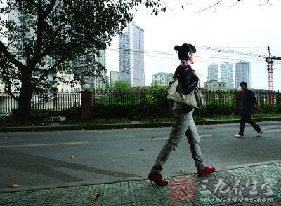 每天坚持步行10公里上下班 女孩成功瘦身32斤