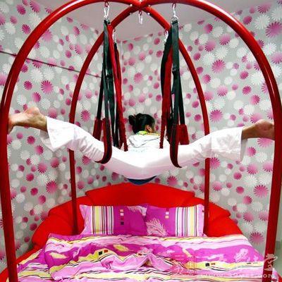 免费试用-工作人员在情趣床上做示范
