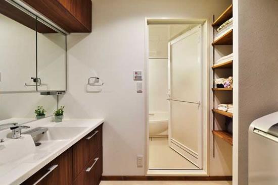 本期介绍的日式房中,自由的装饰、合理的收纳融合在一起,整体呈现出一种紧凑的装饰效果,不受空间条件的限制,依然可以享受大空间的自由生活。简单清新的色彩,清爽而明亮。今天小编就带你走进日本90的收纳之家。 装饰Tips:放眼望去,整个