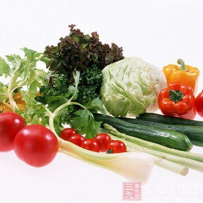 绿叶蔬菜和动物肝脏中存在一定的叶酸和铁质
