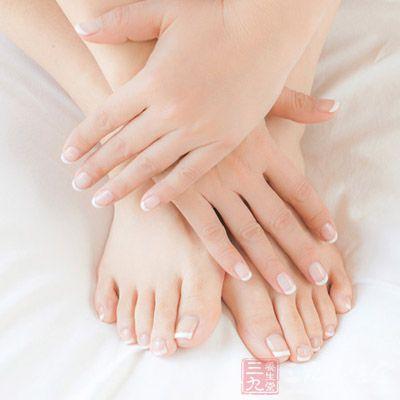美甲的时候通常都要磨掉指甲表膜,这样指甲表面和皮肤都会受损图片