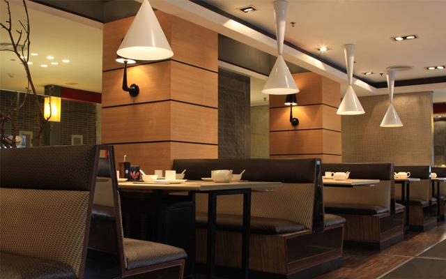 装修设计时,以欧式风格为主,融合欧式特点,营造西餐厅淡雅,高贵,精致
