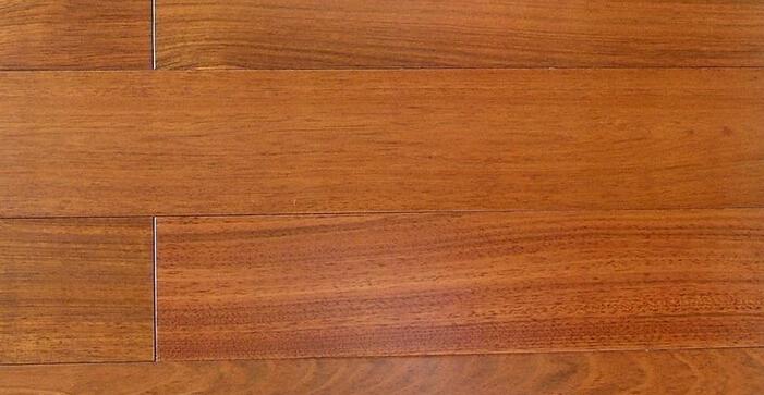 二:拼接是否紧密 拼接的紧密关乎于地板的边缘处理。若木地板边缘有着轻微的圆角边处理,木地板的拼接效果来看,可显现出清晰的拼接边缘,但从拼接的缝隙上看,却又细致紧密。需要提醒大家的是,地板的拼接缝隙应根据铺装时的环境温湿度状况、地板宽度、地板的含水率、木材材性以及铺设面积情况合理确定。 三:看清外观 地板的外观是最简单检验地板质量的,主要看地板是否有结疤、脱漆、分层、虫蛀等现象。首先看地板的颜色是否一致,如果色差太大,直接影响美观,可以要求调换;如果颜色过于一致,几乎没有色差,那就要看地板表面的花纹是否一