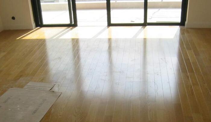 """装修行业进入旺季时期,建材企业也纷纷选择这一时段推出新产品,对于新品频出的木地板市场,""""仿实木""""和""""超实木""""成为消费者关注的亮点。作为强化木地板的新品类,""""仿实木""""和""""超实木""""进入市场已经有"""