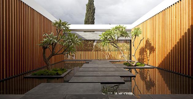 Pitsou Kedem设计的这所用石材何木板打造的单层平顶房子, 从不同角度看过去都给人带来不一样的感受,在室内设计上,独特的家具和装饰使空间充满个性, 部分家具是为了与建筑风格一致特别定制,同一地板将不同空间有效的联系在一起.