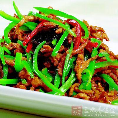 简单/材料:里脊肉300克、青椒5个、黑木耳适量。