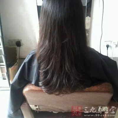 女人喜欢烫染头发导致掉头发图片
