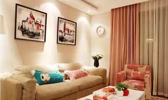 95平简约风格暖色装修案例 暖粉色的小客厅,很温馨。沙发柔软舒服,纯白色茶几在一派暖色中显得干净漂亮。 餐厅区挨着客厅的温馨,暖暖灯光。 暖色客厅,木色地板,黄色沙发,棕色地毯,米色墙壁,组合起来给人暖