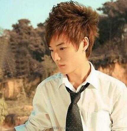 头顶头发营造的蓬松感能将脸拉长,比较适合短脸男生.
