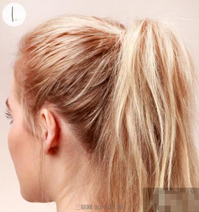 无刘海马尾辫的扎法第一种:常见马尾 这种无刘海马尾辫非常简单,根本不用教程。梳理头发后,用手将全部头发集中在脑后,最后用橡皮筋固定就好了。你可以根据自己想要的效果来调整马尾的高度。 无刘海马尾辫的扎法第二种:泡