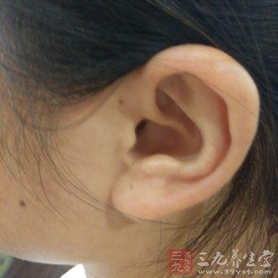 因为耳朵内管控压力的管道会膨胀关闭