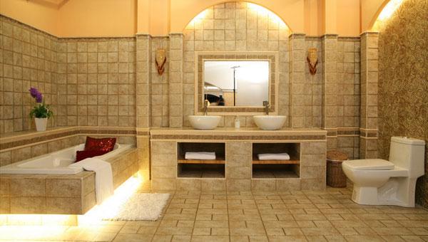 """卫生间装修要点七:瓷砖 瓷砖是卫生间防水的重要组成部分,可以说,你是否能够在卫生间里尽情""""戏水"""",与瓷砖的铺设有很大关系。卫生间墙壁须用防水性强、又具有抗腐蚀与抗霉变的瓷砖(或玻璃砖)贴满。地板最好采用凸起花纹的防滑地砖,铺设地砖时要在表层下做防水层,选用水泥沙浆将地面找平,涂防水涂料。铺设地砖时,要在表层下做防水层,选用水泥沙浆将地面找平,涂防水涂料。铺贴前还要在地砖上做背涂处理,可以减少""""水渍""""现象。防水层四周与墙接触处,应向上围起,高出地面约25~30"""