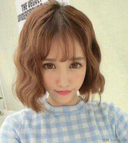 可爱感的波波头韩国蛋卷头发型,搭配空气感的刘海,修饰脸型看起来很显