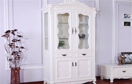 欧式酒柜效果图片一:欧式简约单门酒柜 点评:此欧式酒柜效果图片展示出该欧式酒柜没有过多复杂的装饰,简洁流畅的线条把优雅柔美的外形一一勾勒出来,家具表面光滑的手感让人格外喜爱,漂亮的色调将它装点得更加迷人。单门欧式酒柜采用