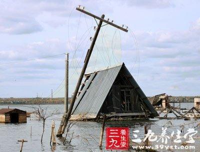 发现高压线铁塔倾倒电线低垂或断折要远离