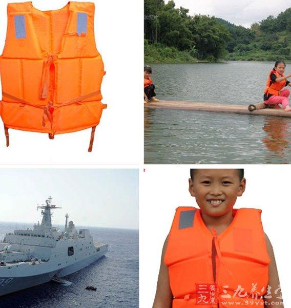 一旦落入水中,在水中遇到危险需要浮力的紧急时刻,或根据水的作用自动膨胀充气(全自动充气救生衣),或由人拉充气阀上的拉索(手动充气救生衣),便可在5秒钟时间内充气变成具有8~15公斤浮力的救生衣;救生衣向上托起人体,使头、肩部露出水面,从而能够及时获得安全保护。救生衣用尼龙材料做成,有上下两个气囊,气囊之间有两个小的高压气瓶分布在救生衣左右两边。 在救生衣下侧有两个红色的充气手柄,拉动红色充气手柄,救生衣可以自动充气。在救生衣上侧两边还有人工充气管,这是类似于自行车气门芯的单向活门。救生衣充气不足或漏气时,