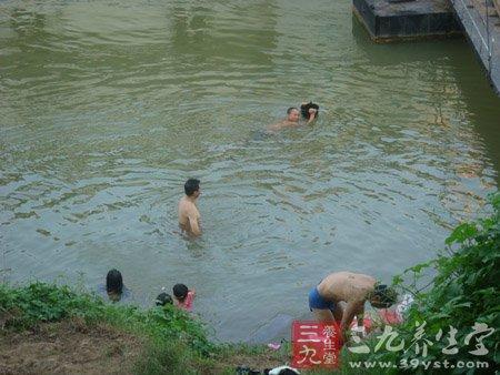重庆十余名小学生下河洗澡四人溺水身亡