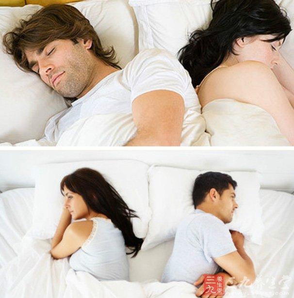 男女背靠背睡觉