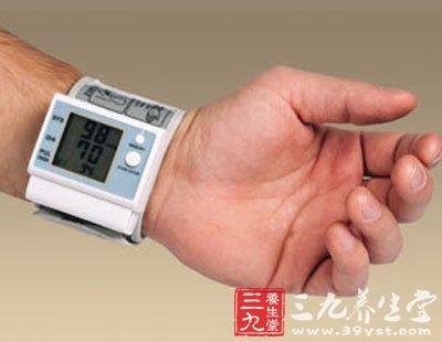 在离手掌心1厘米处,将血压计带上患者手腕, 显示屏向上,扣上腕带,松紧图片